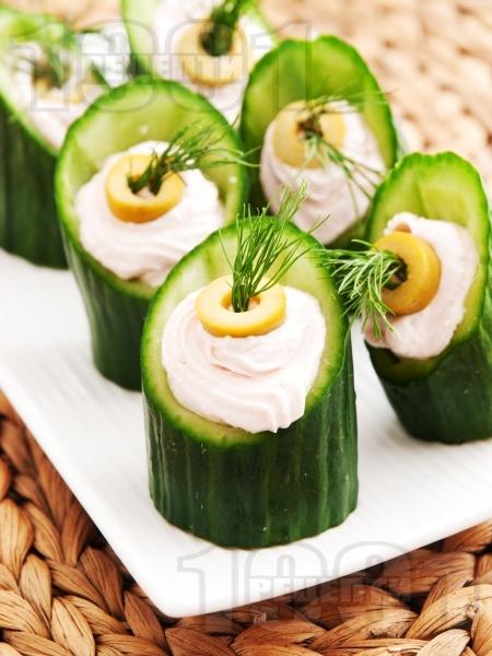 Коктейлни хапки - пълнени краставички с хайвер - снимка на рецептата